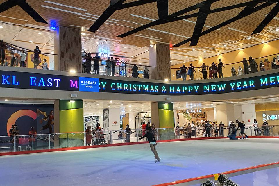 Eisbahn als Attraktion in Shopping Mall Malaysia